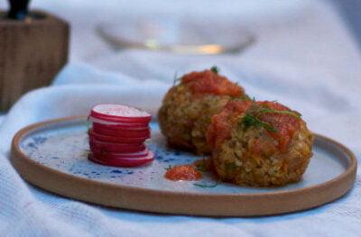 Delikatne klopsiki jaglane z pomidorem i pachnącym koperkiem