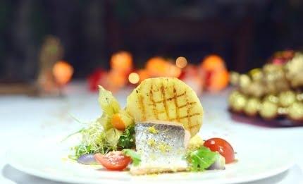 Dietetyczny łosoś na parze na placuszkach jaglanych podany z grillowanym selerem i warzywami z oliwą
