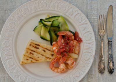 Grillowana kasza manna z krewetkami, salsą pomidorową i makaronem z cukinii