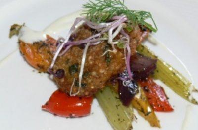 Kotlety z kaszy gryczanej z warzywami i sosem serowym