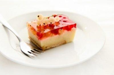 Migdałowe ciasto z kaszy manny z galaretką i porzeczkami