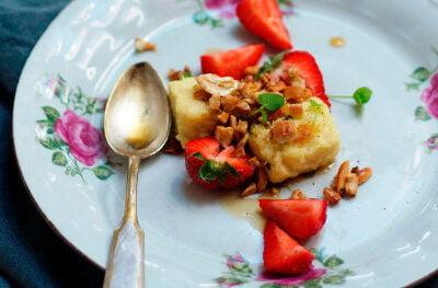 Polenta kukurydziana z truskawką i orzechami – na ciepłe śniadanie albo pyszny deser