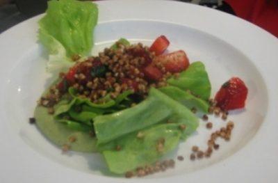 Sałata zielona z truskawkami, chrupiącą kaszą gryczaną, puree z brokułów z białym serem