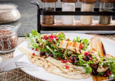 Sałatka z grillowanym fenkułem, buraczkową gryczaną i seler halloumi