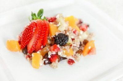 Sałatka z kaszą jęczmienną i owocami