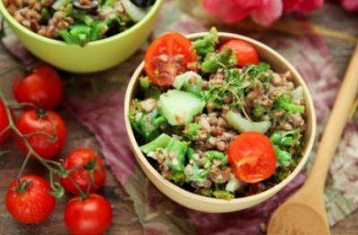 Sałatka z kaszy gryczanej z brokułem, pomidorami i selerem naciowym
