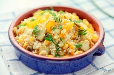 Sałatka z kuskusem, papryką, kukurydzą i ogórkiem