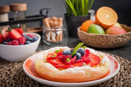 Słodki omlet z kaszą jaglaną i świeżymi truskawkami