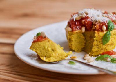 Suflet z kaszy kukurydzianej i dyni z salsą z pomidorów, parmezanem i orzeszkami pinii