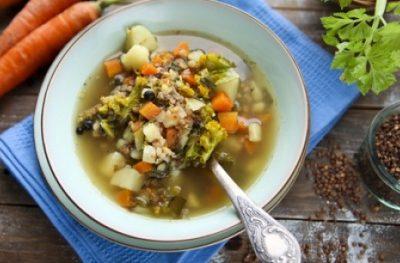 Zupa jarzynowa z jarmużem i kaszą gryczaną