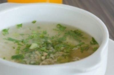 Zupa z prażonej kaszy owsianej, sera, kindziuka i młodej pokrzywy