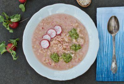 Zupa z rzodkiewek z kaszą jęczmienną i pesto z liści rzodkiewki