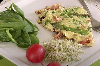 Omlet z kaszą jaglaną, szparagami i orzechami