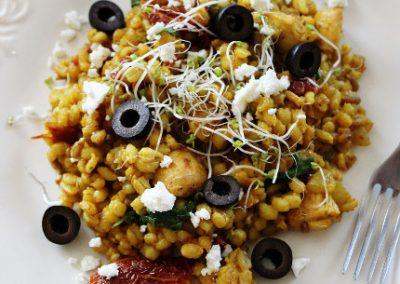 Stir-fry z kaszą pęczak, suszonymi pomidorami i szpinakiem